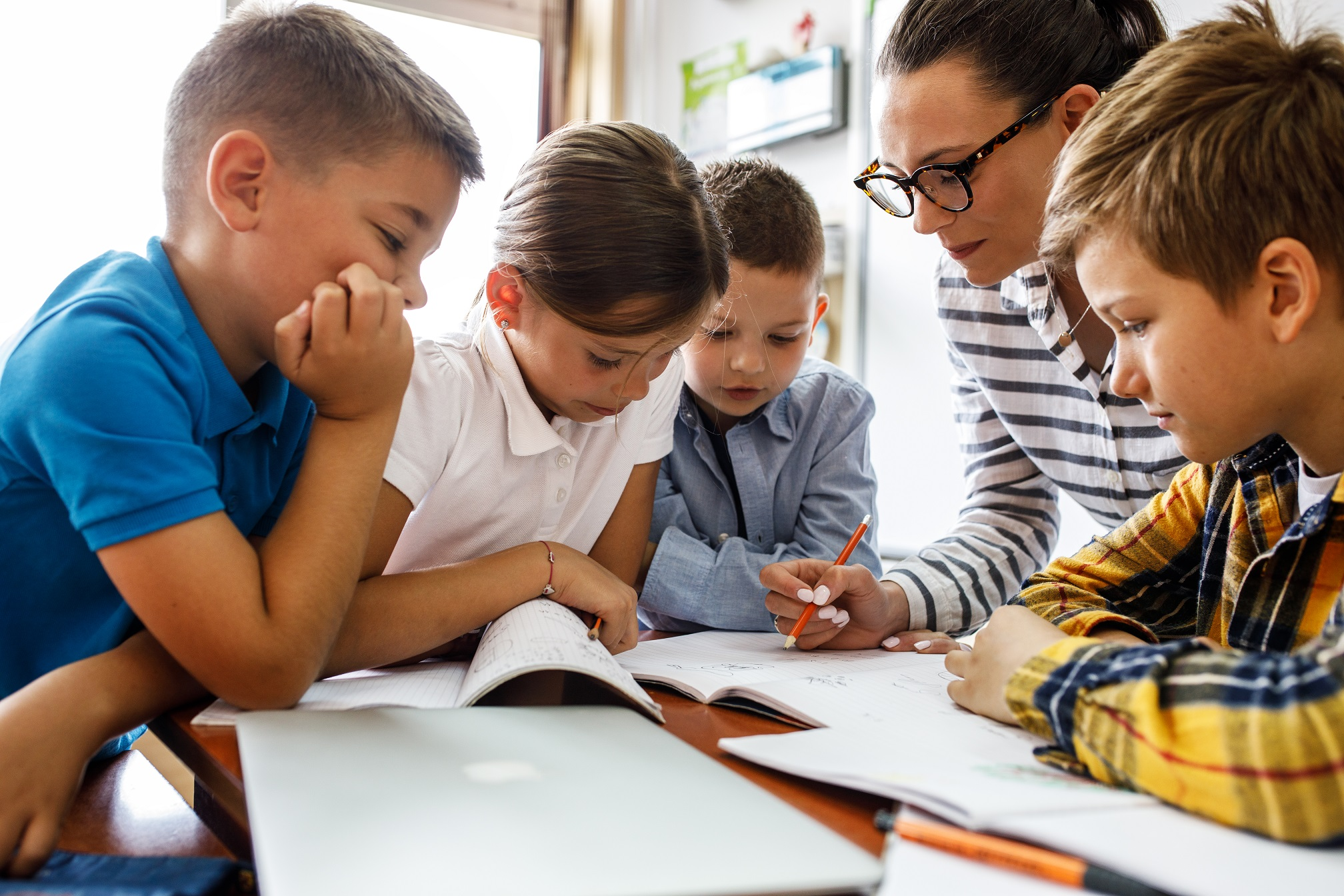 Leraar met kinderen