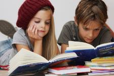Een jongen en een meisje lezen boeken