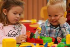 Jonge kinderen bouwen