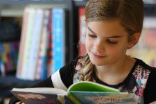 Meisje leest geconcentreerd